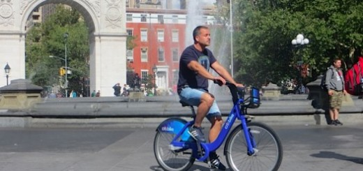 CitiBike-rider roaming the plaza