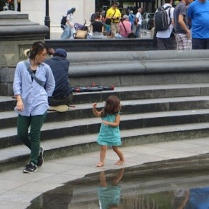 little_girl_reflection_fountain_washington_square