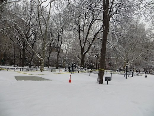 washington_square_park_mounds_offlimits_snow_2015_11