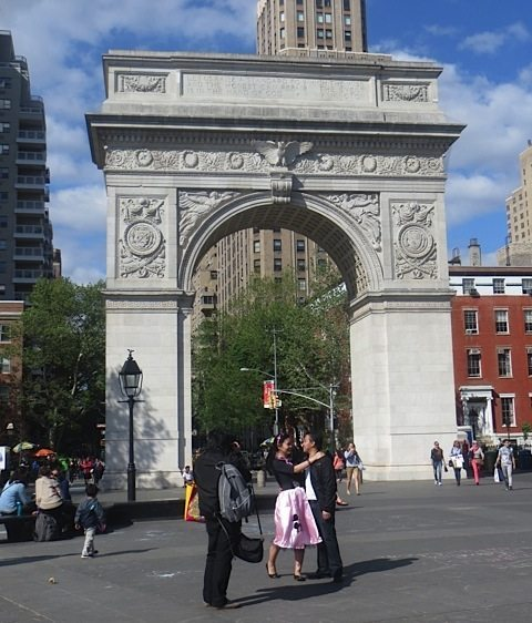couple washington square park arch