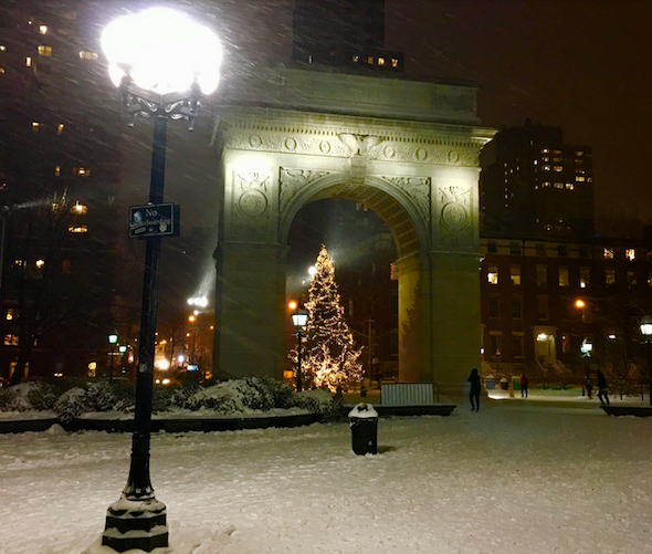 snow-falls-washington-square-park-new-york-city